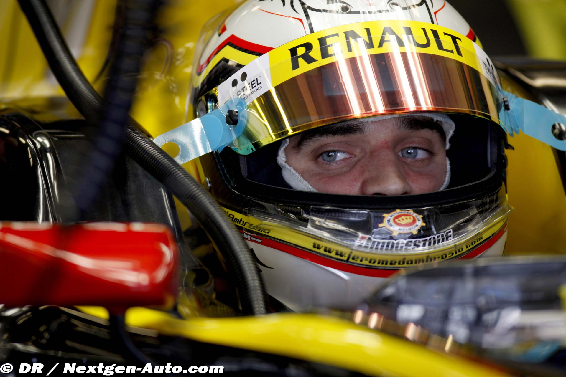 http://www.superf1.be/spip/IMG/jpg/Jerome_-_Abou_Dhabi_-_17_novembre_2010_-_Rookie_days_avec_Renault_F1_Team_-_1.jpg