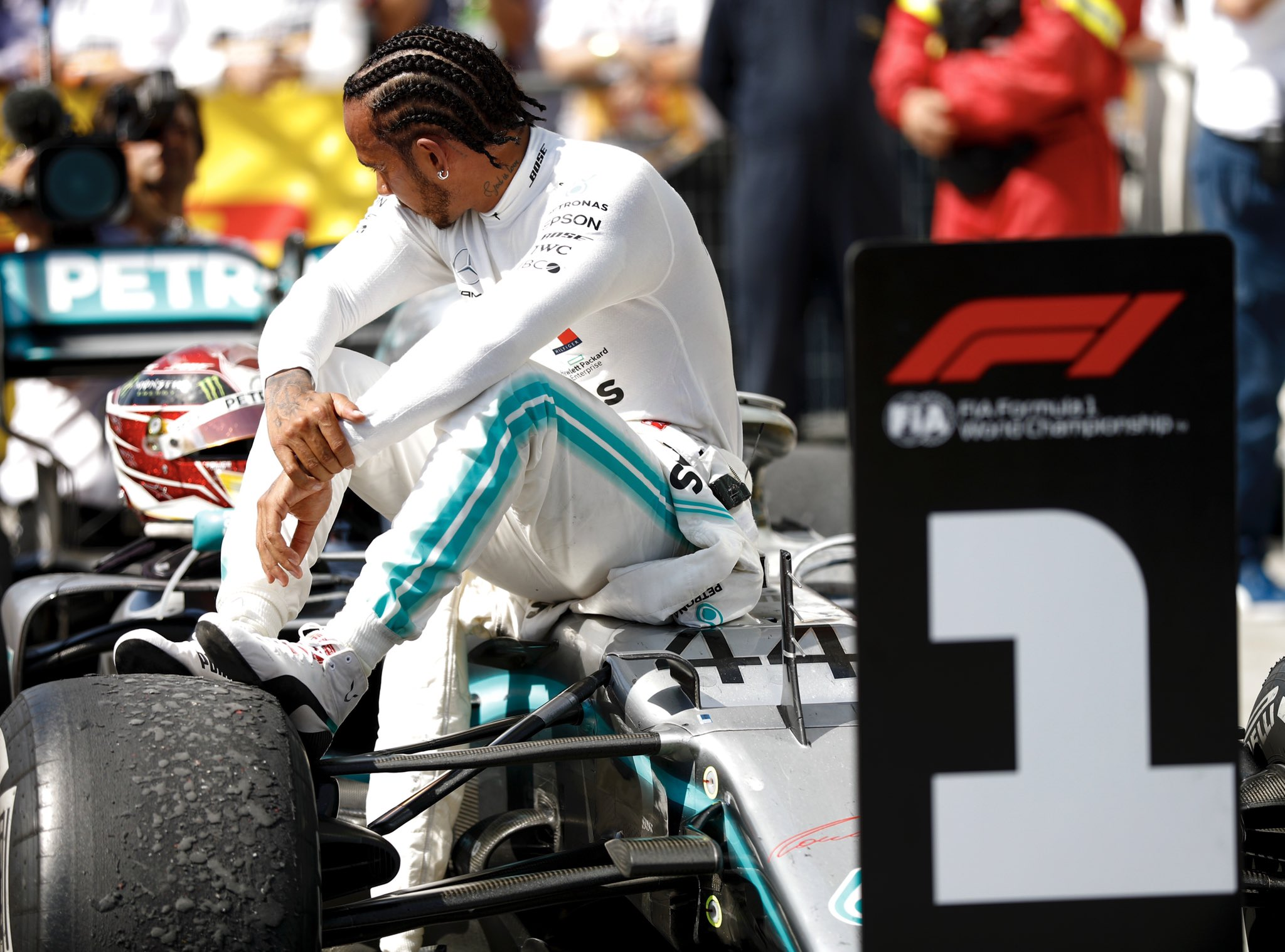 Hamilton gagne sur tapis vert, Vettel furieux!