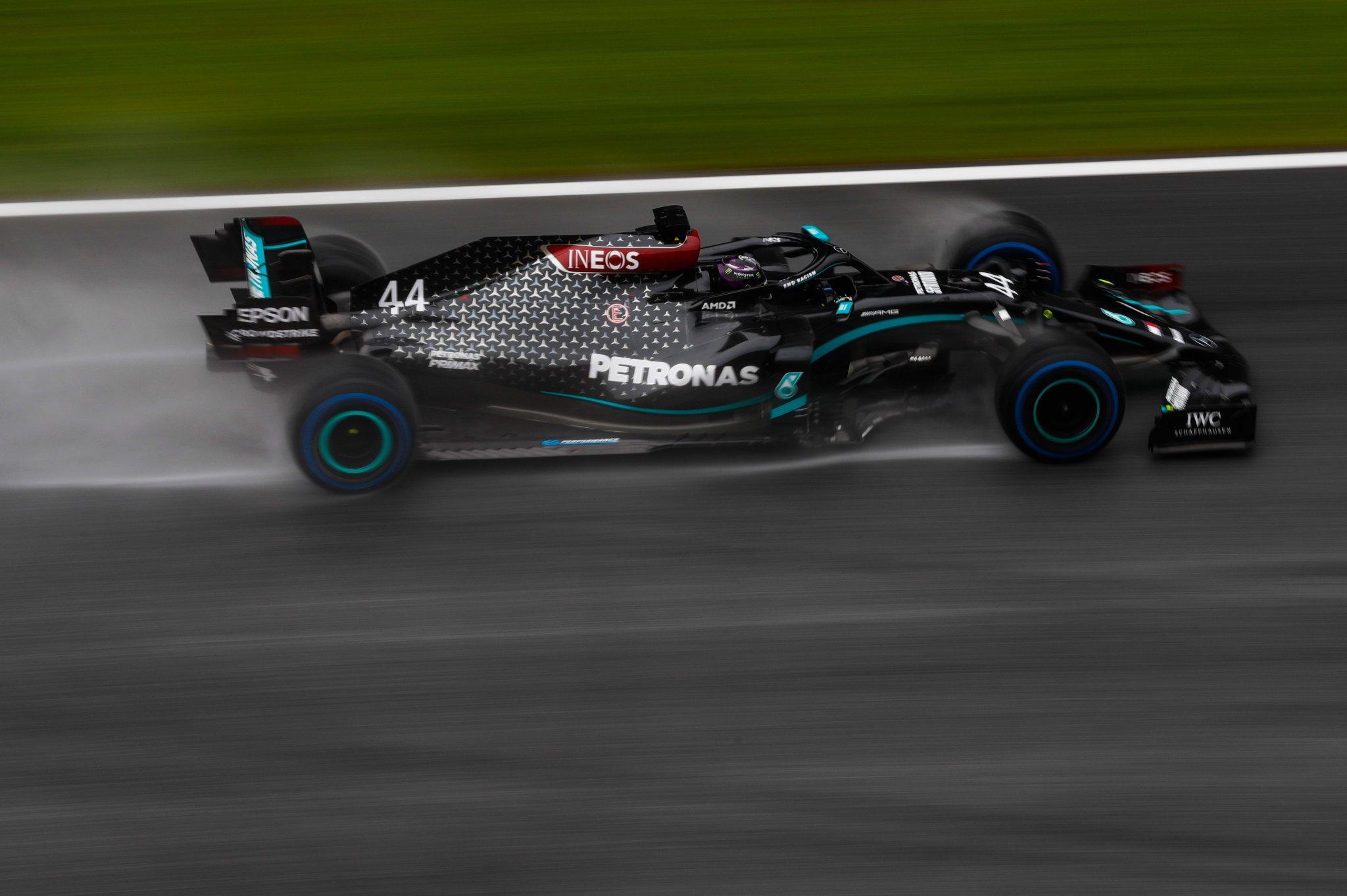 Hamilton signe une pole magistrale sous la pluie